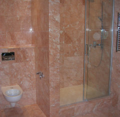 Облицовка ванной комнаты мрамор Россо Филиппино.jpg