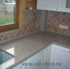 Кухонная столешница с плинтусом из натурального камня: гранит Сансет Голд.jpg